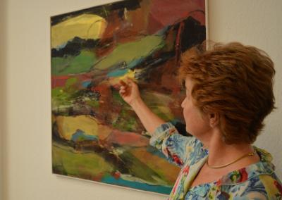 Ursula Lohe erklärt eines ihrer Werke